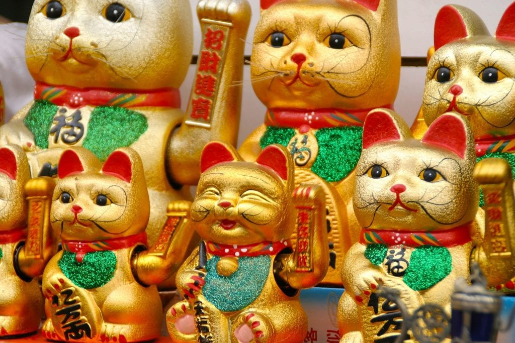 Maneki-Neko - 10 best lucky charms for gamblers - Translation Royale