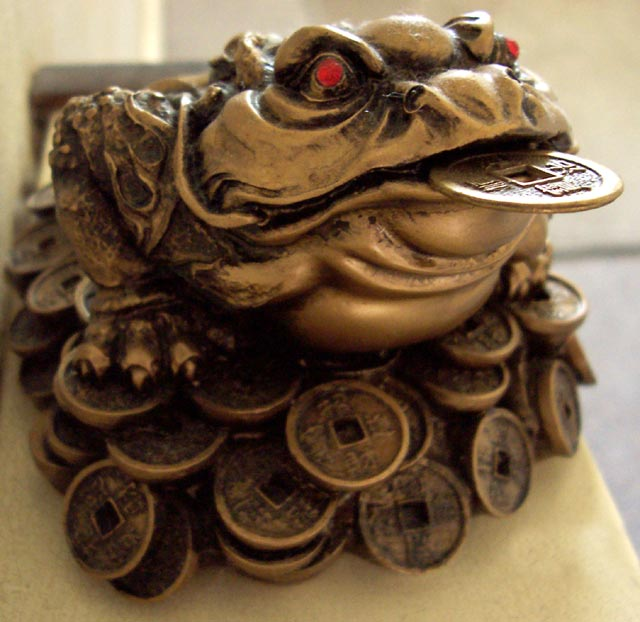Three-Legged Toad - 10 best lucky charms for gamblers - Translation Royale
